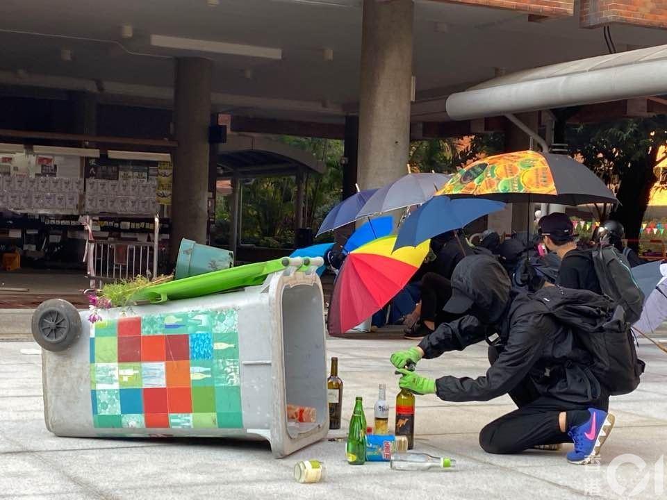 【理大】有示威者正準備汽油彈。(麥凱茵攝)