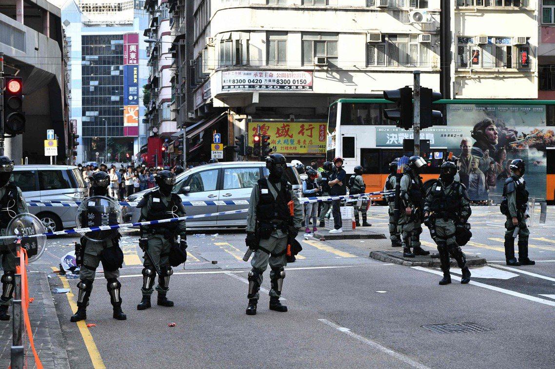 香港「光頭警長」劉澤基隨即在微博發文表示:「不要認為警察永遠不會開槍,這才是國際...