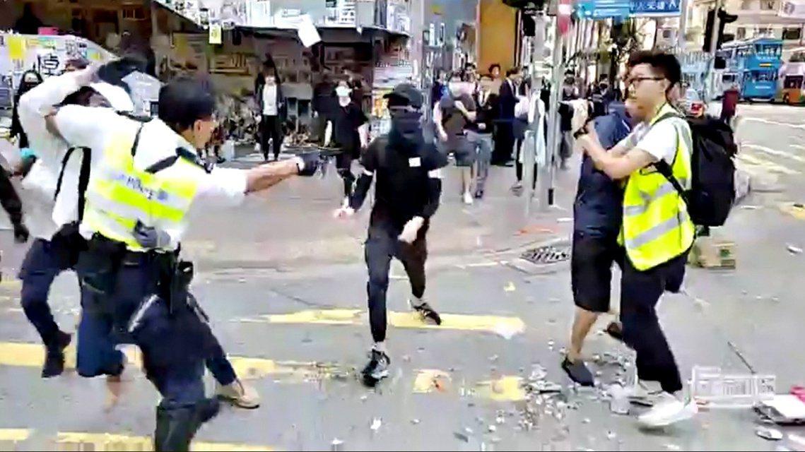 香港東區西灣河上午爆發衝突,警方至少開了3槍實彈,一名中槍的21歲青年已送醫完成...