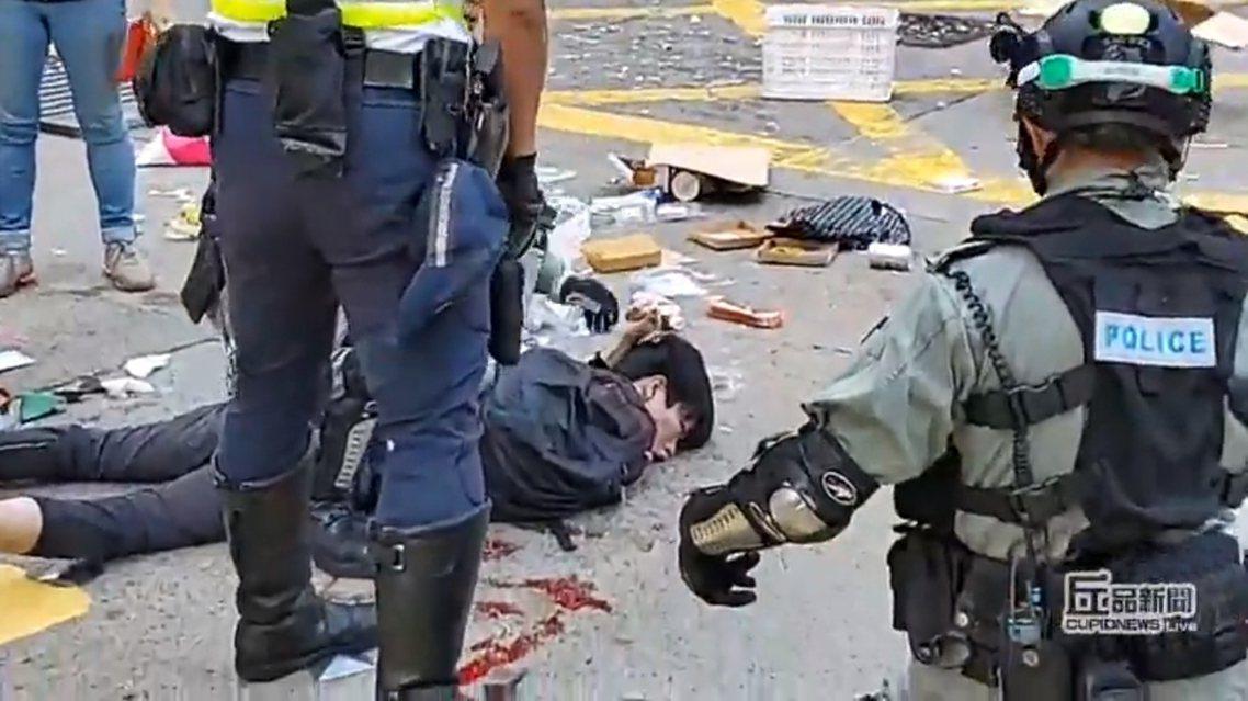 西灣河開火事件發生後,隨即引發示威者怒火。從現場媒體的見證及直播影片來看,中槍青...