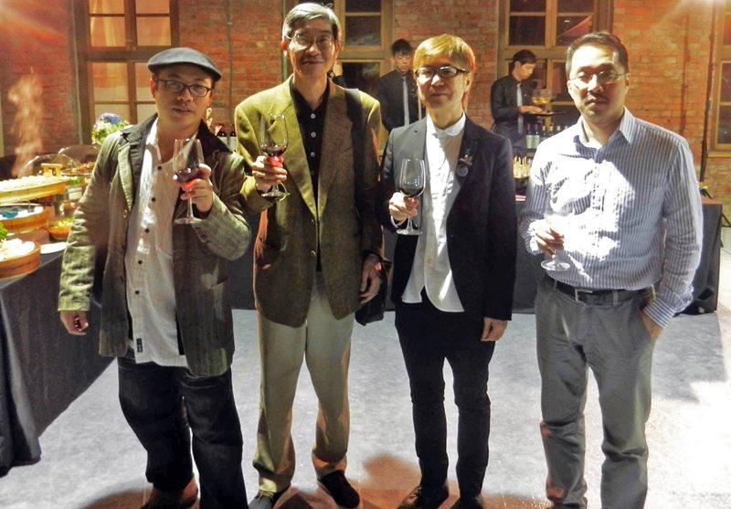 2014年松田行正在台北國際書展Party宴會現場,圖為(右起)明智周、松田行正、辜振豐、李志銘。 圖/作者提供