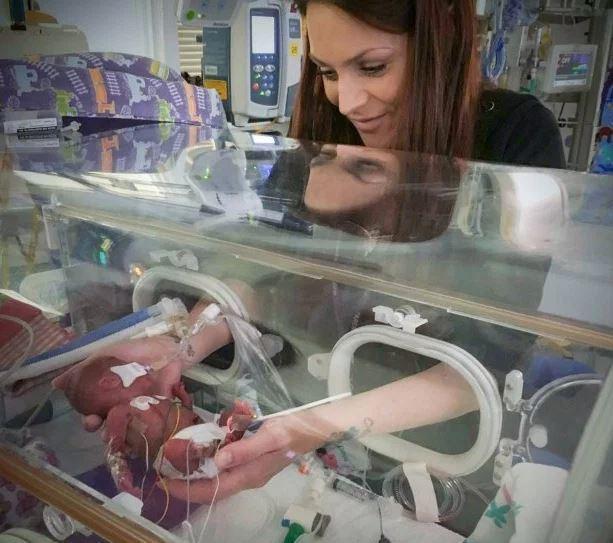 早產雙胞胎男嬰出生不到一瓶礦泉水重量。圖擷自太陽報