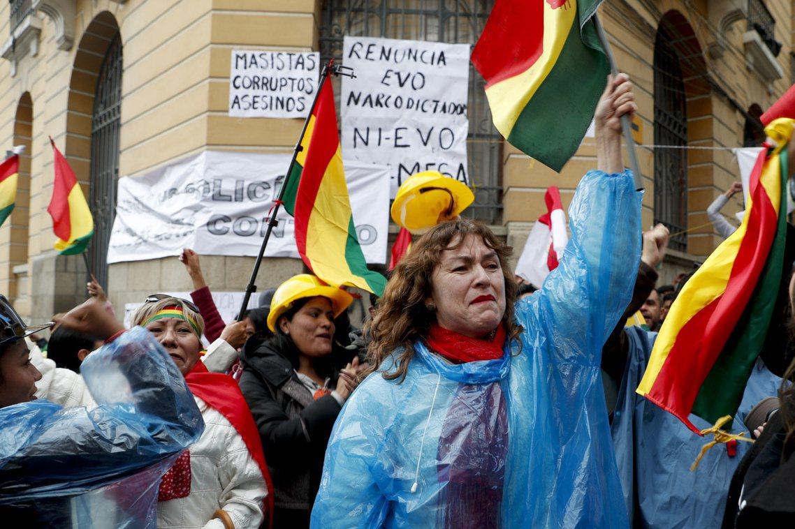 總統下台的消息傳出後,首都拉巴斯街頭的反政府示威者一時歡天喜地,反對派陣營也互相...