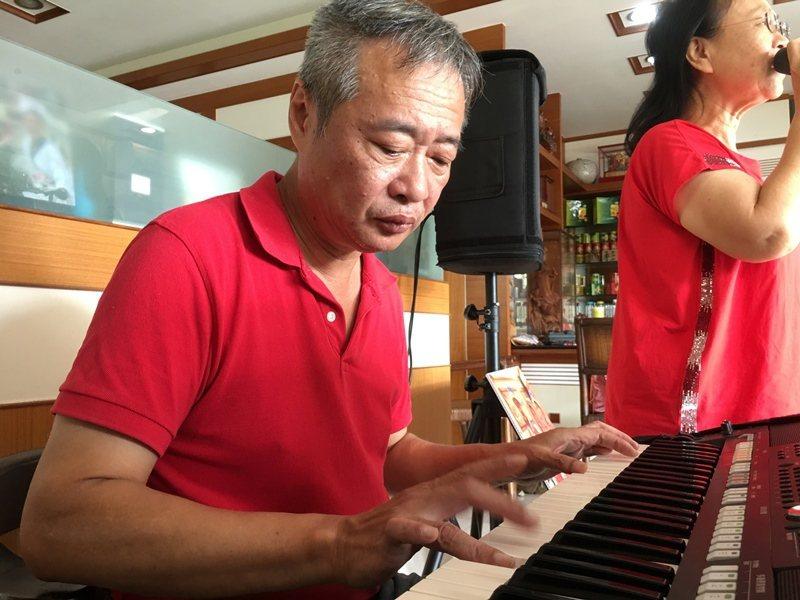 樂團團長與鍵盤手─吳德勝。 圖/陳雅玲攝影