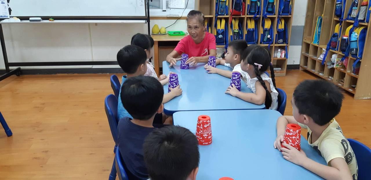 疊杯運動,只需要杯子和桌子,從5歲到95歲都能玩。 圖/郭美伶提供