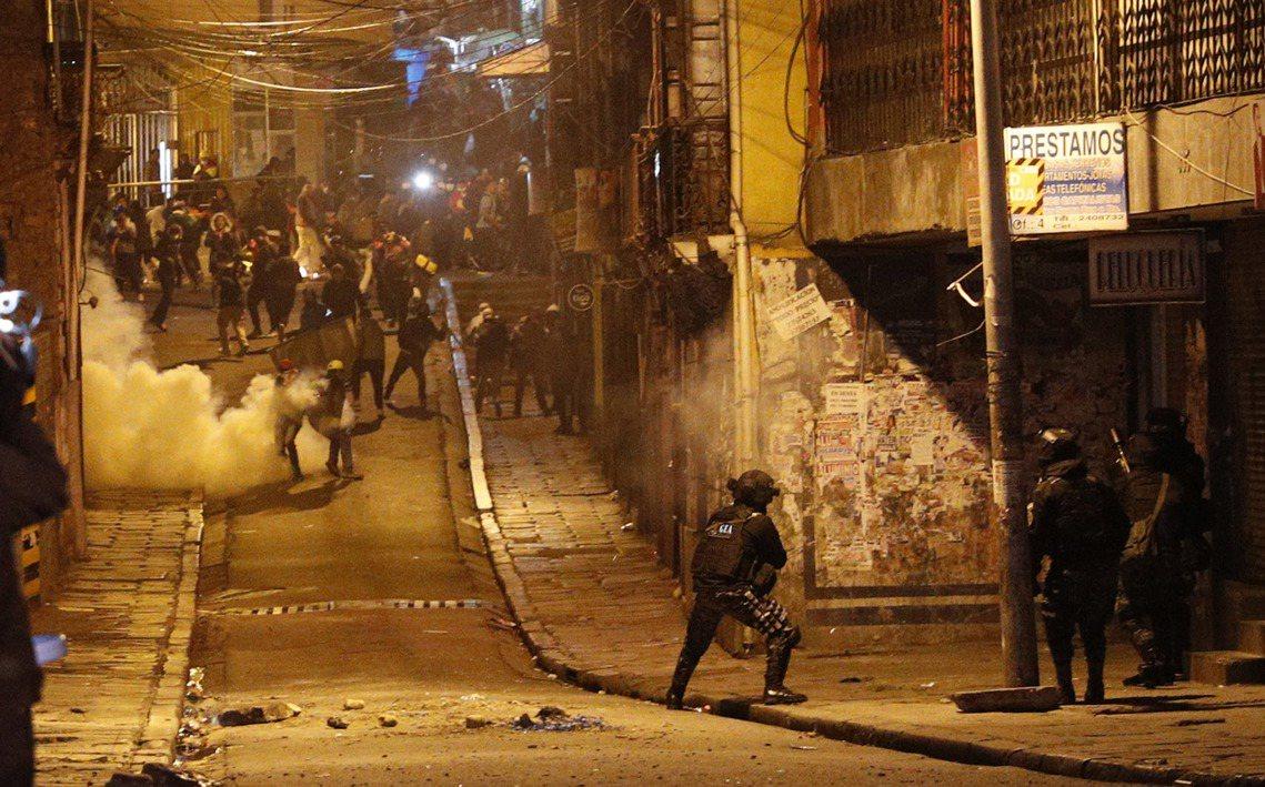10月22日起,玻利維亞全國遂展開了「反莫拉萊斯示威」,各種罷工、罷課、街頭抗爭...