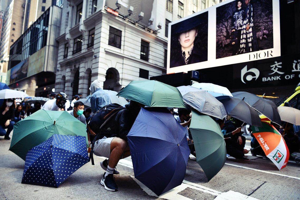 中環抗爭者,組成傘陣與警察對峙。 圖/美聯社
