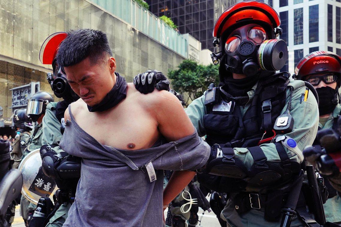 中午12點30左右,中環的環球大廈附近已有不少戴口罩的群眾聚集,戒備中的鎮暴警察...