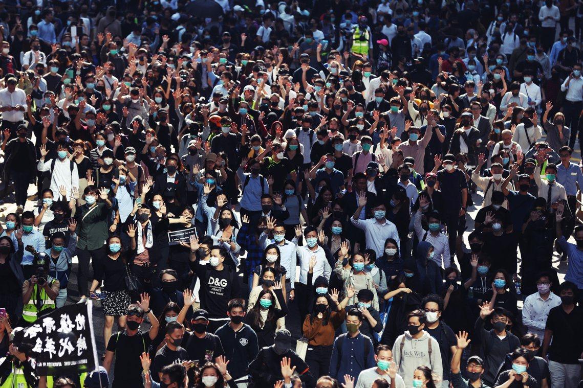 「解散警隊,刻不容緩!」圖為西灣河的抗爭者。香港恆生指數在今天11日走勢開低走低...