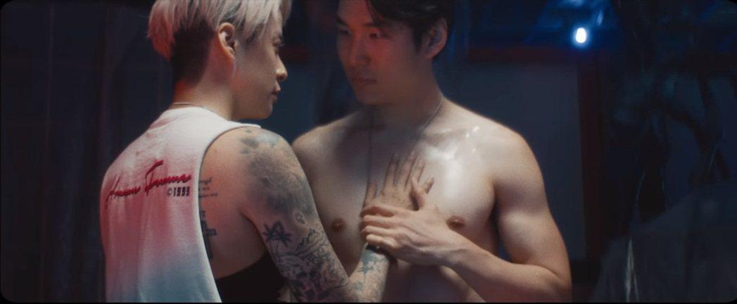 Amber在新歌MV中與猛男激吻。圖/擷自YouTube
