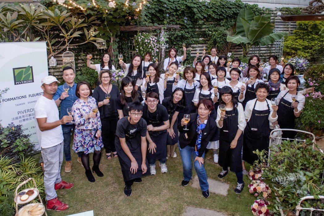 來自灣北、中、南及澳門、馬來西亞、廣州等將近30個學生,參加法國花藝學院的研習檢...