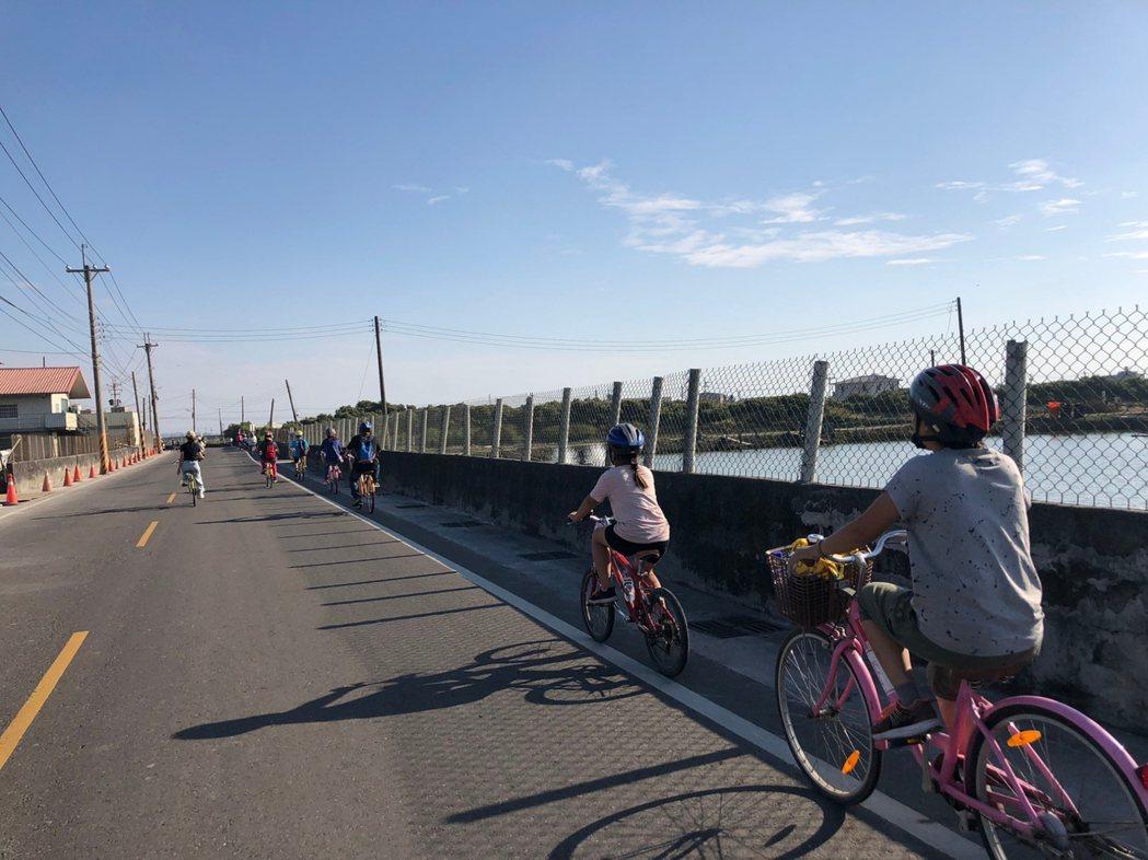 永安饗「鮮」遊活動,民眾騎著自行車闖關趣,迎著海風,繞過鹽田彩繪村,好不快意。 ...