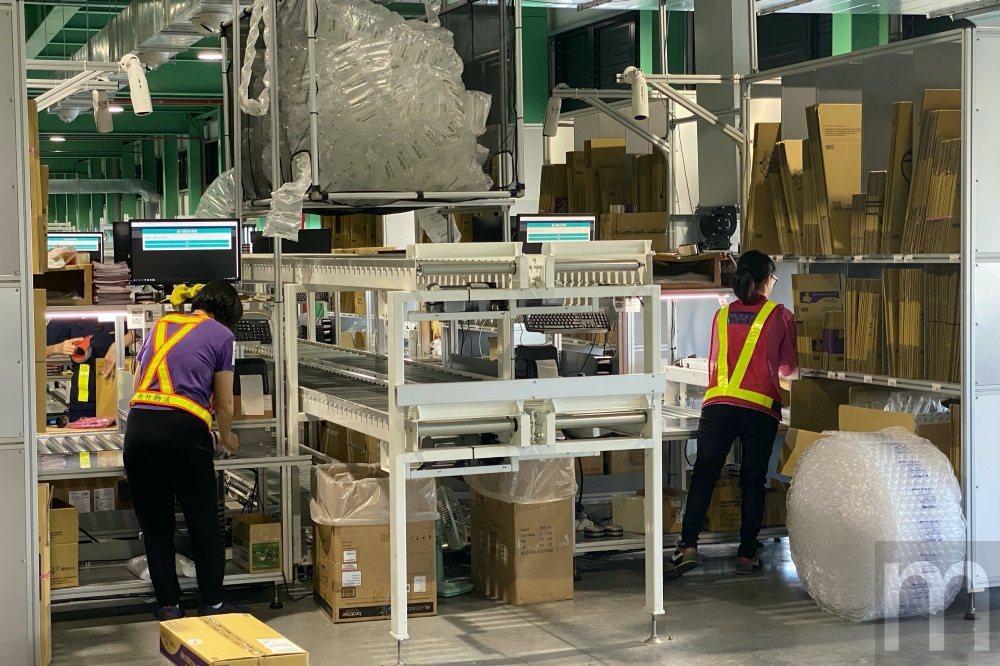 透過三層輸送帶完成揀貨分送、人工包裝、完成標籤黏貼,最後將完成包裝貨品分送至配送...