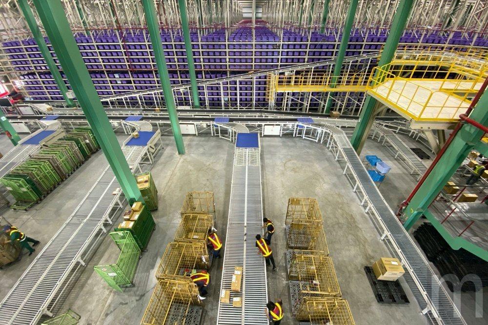 透過穿梭式自動倉儲提昇揀貨、包裝到分貨配送效率