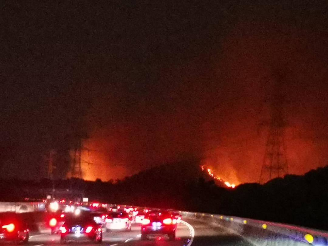 國道三號北上185公里右側的台中龍井南崗產業道路下午2時許突然引發雜草火警,火勢...