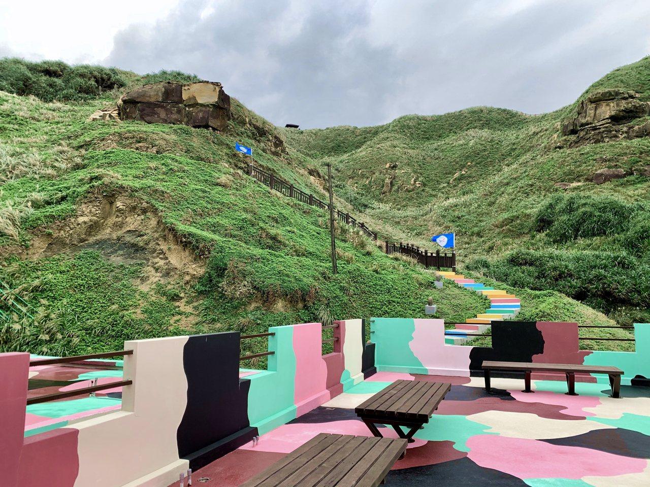 塗上粉紅迷彩的聽濤營區,從營區二樓往上能看見彩虹階梯。記者張芳瑜/攝影