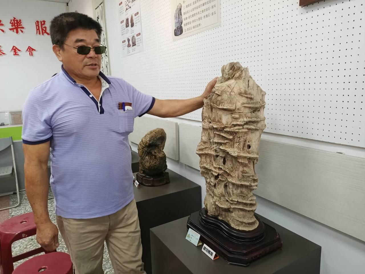 嘉義石頭狂人柯冬雄收藏的魚骨石是由鯨魚龍骨沉澱後形成,將在竹崎文化藝術基金會展出...