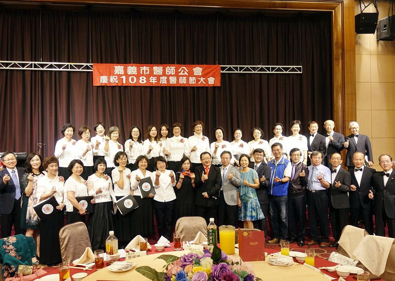 嘉義市長黃敏惠、衛生局長張耀懋,昨天參加嘉義市醫師節大會,與醫師公會合唱團合影。...