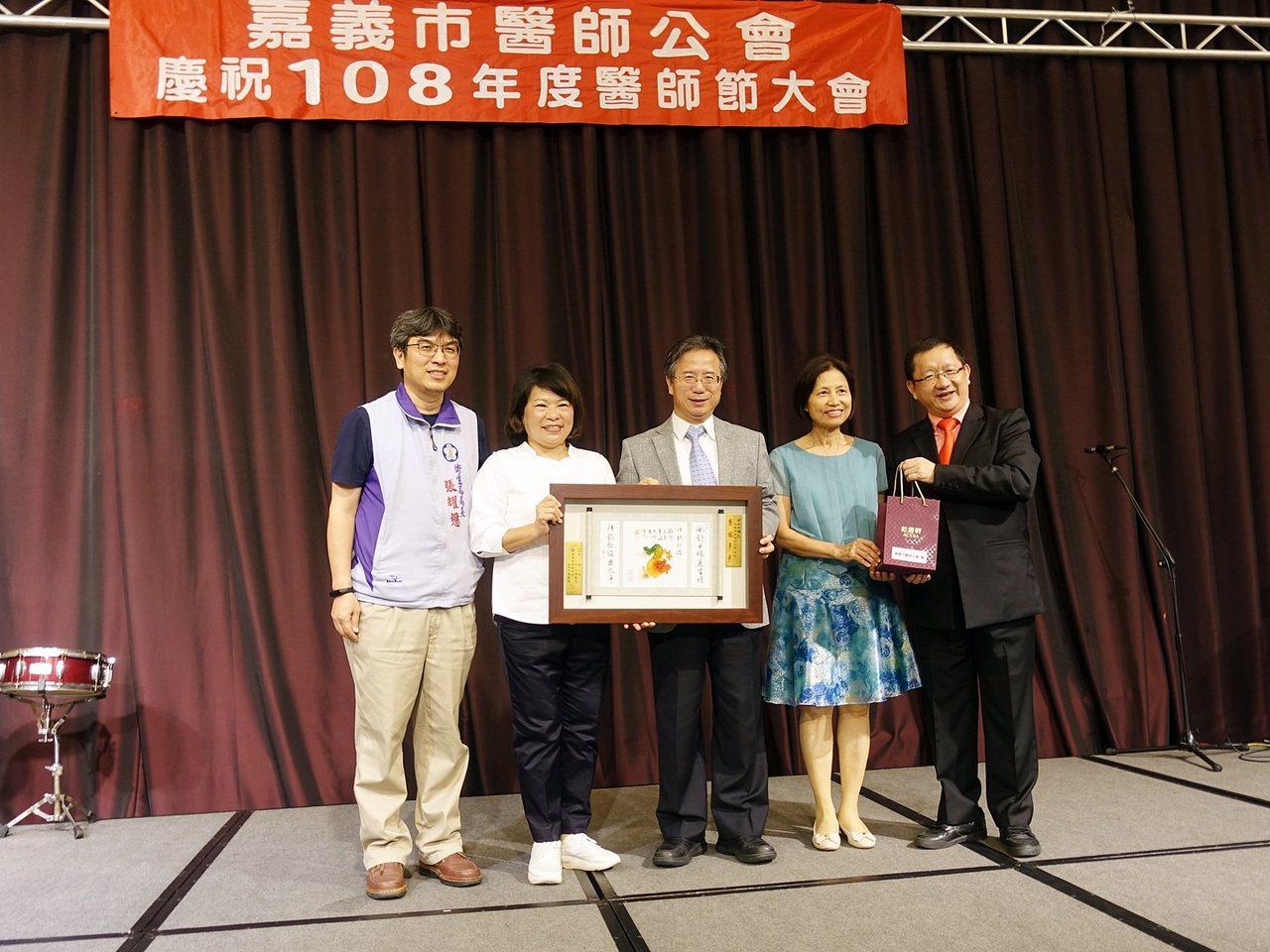 嘉義市長黃敏惠、衛生局長張耀懋,昨天參加嘉義市醫師節大會,感謝眾醫師為市民付出。...