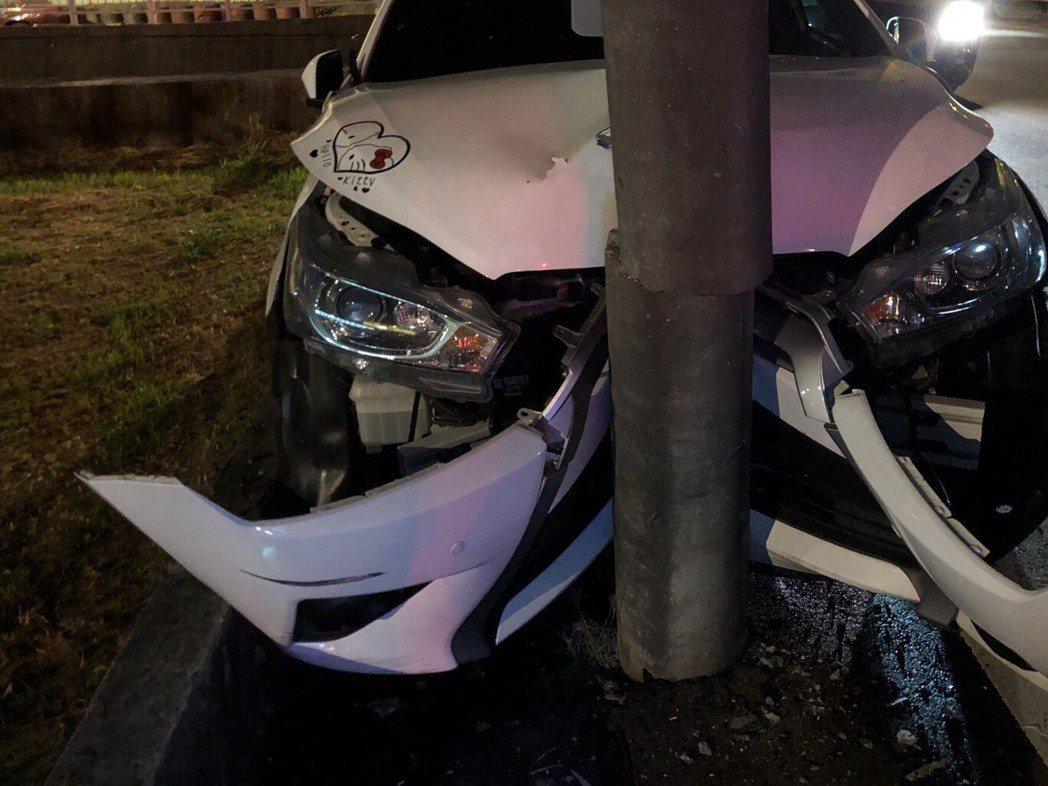 台中市一輛黑色跑車(左)昨晚行經爽文路時,突然撞上路旁停放的另輛白色轎車,白車車...