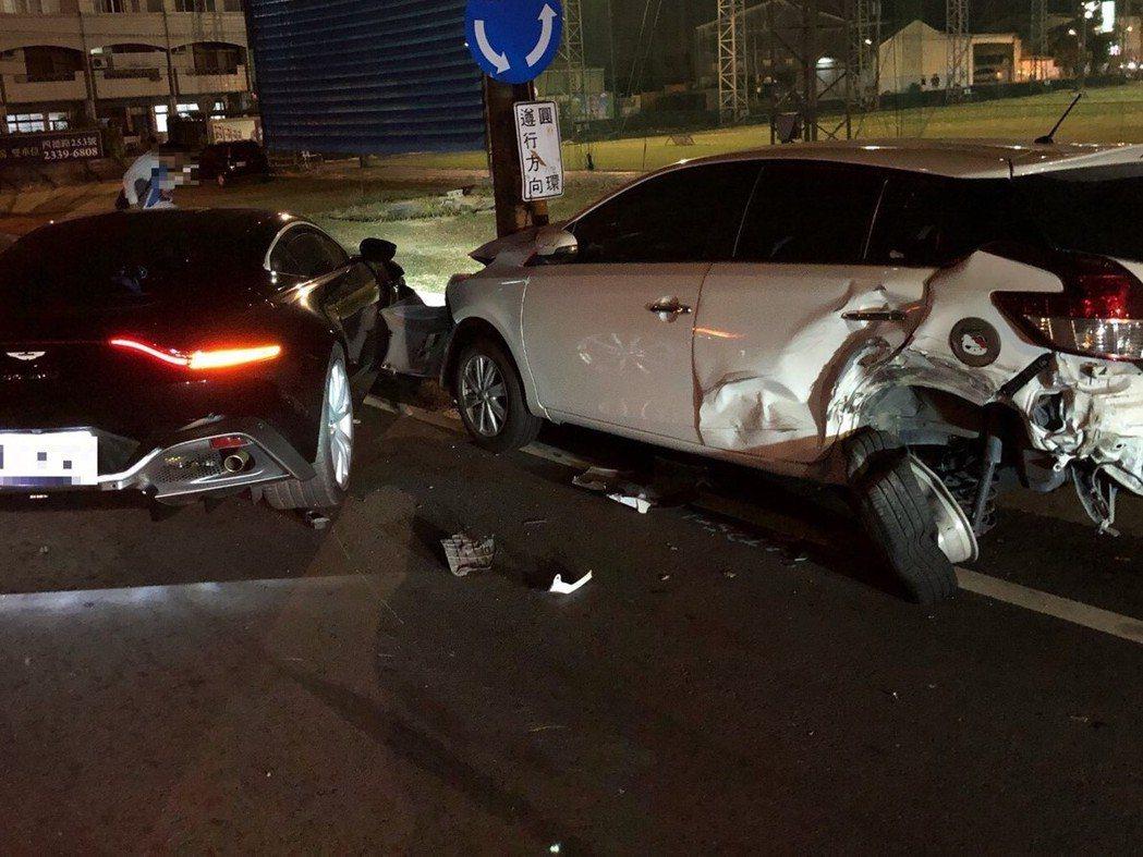 台中市一輛黑色跑車(左)昨晚行經爽文路時,突然撞上路旁停放的另輛白色轎車,所幸白...