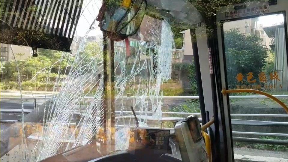一輛基隆客運班車今早在樂利三街不慎撞到路邊電線桿,車頭受損嚴重,車上只有一名乘客...