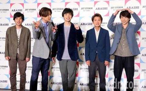 日本國民天團ARASHI嵐的亞洲四城快閃計畫「JET STORM」11日來到台北,距離上次來台舉行演唱會已相隔11年,此次記者會開放媒體與粉絲提問,一進場就以中文親切地向大家問好,他們表示很開心能再...