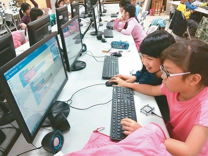 因應十二年國教課綱正式實施,全國教師工會總聯合會今天表示,因應108課綱開設多元選修課,造成各校電腦教室排課使用率飆高,近期接獲多所高職反應電腦設備使用率過高、更新太慢、軟體更新限制等問題,甚至有學校的電腦教室設備,必須使用長達七年才能更換,特別是職校商管群、設計群學校影響最大,呼籲教育主管機關正視基層學校電腦設備相關需求,調整必要經費項目及設備基準,以利新課綱順利推動。本報資料照片。