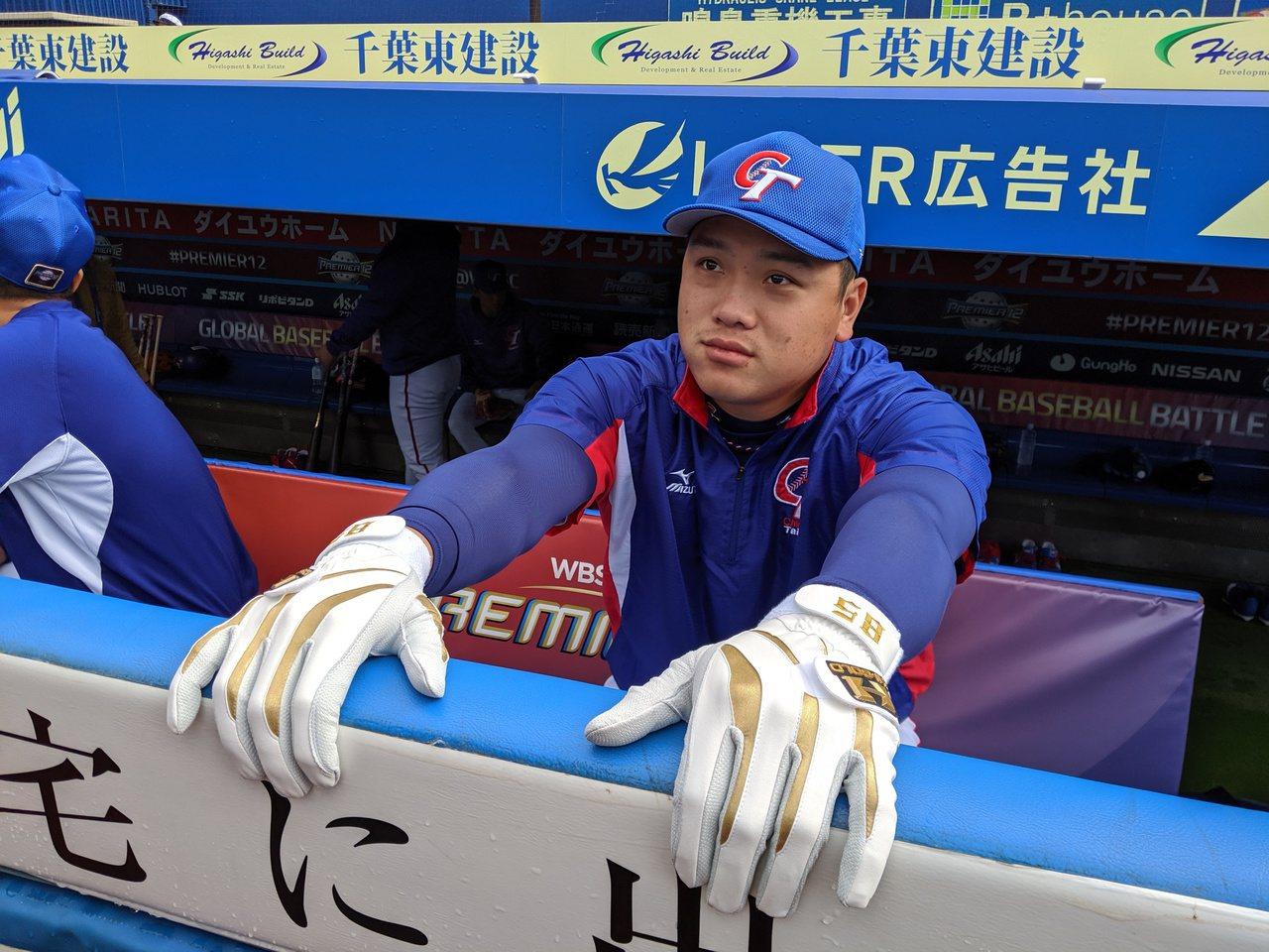 世界12強棒球賽中華隊移師日本,廖乙忠帶著朱育賢的手套,為雙手保持濕潤,避免乾裂...
