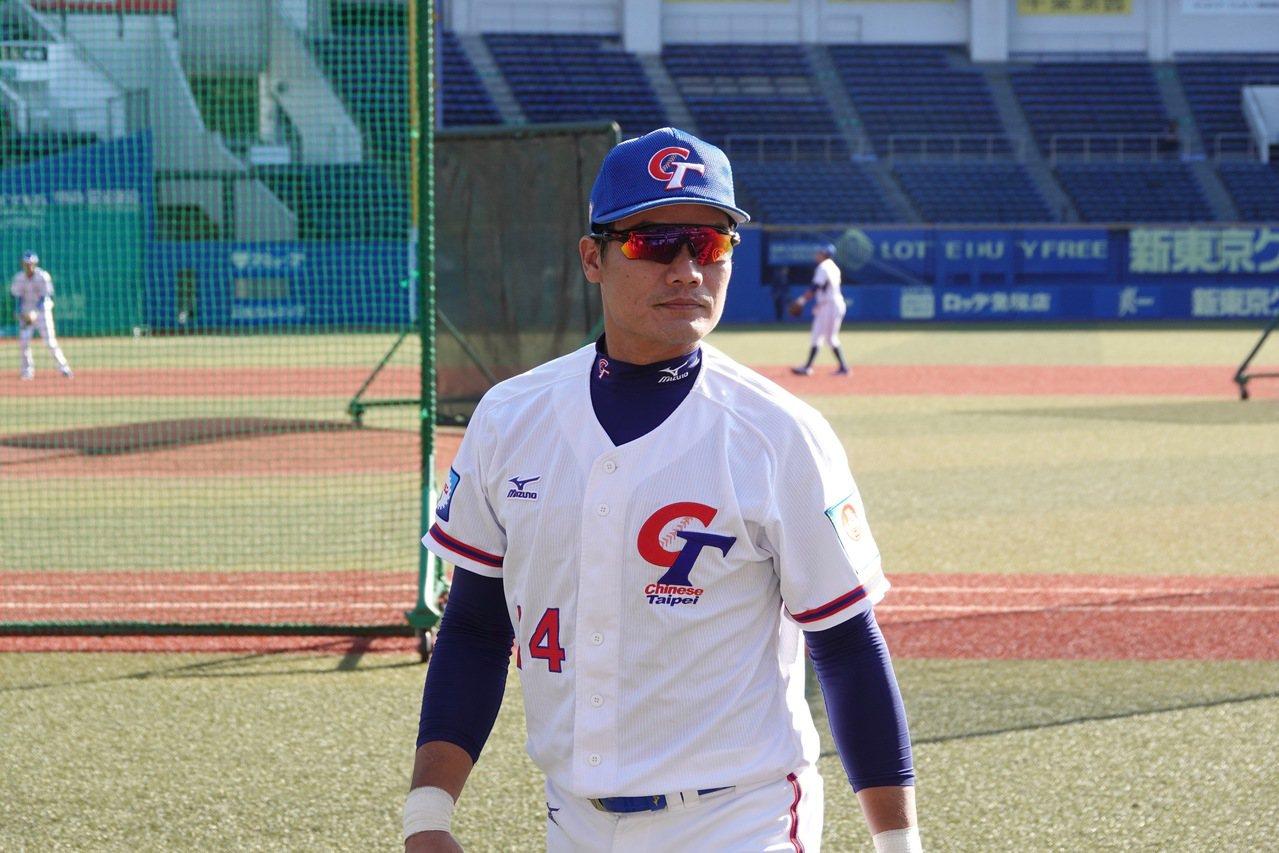 世界12強棒球賽複賽移師日本,中華隊在千葉棒球場練習,內野手王勝偉觀察場地。特派...