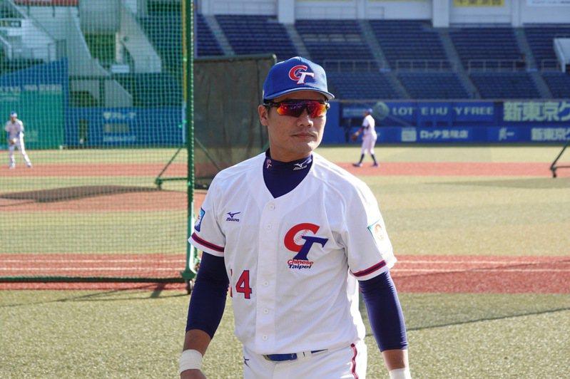 世界12強棒球賽複賽移師日本,中華隊在千葉棒球場練習,內野手王勝偉觀察場地。特派記者蘇志畬/攝影,資料照