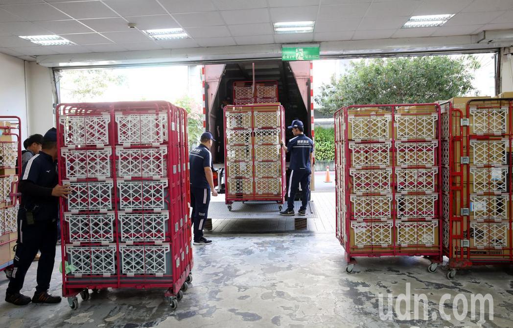 雙11購物節是電商業者年度大戲,台灣電商業者PChome 上午公布內湖物流所出貨...