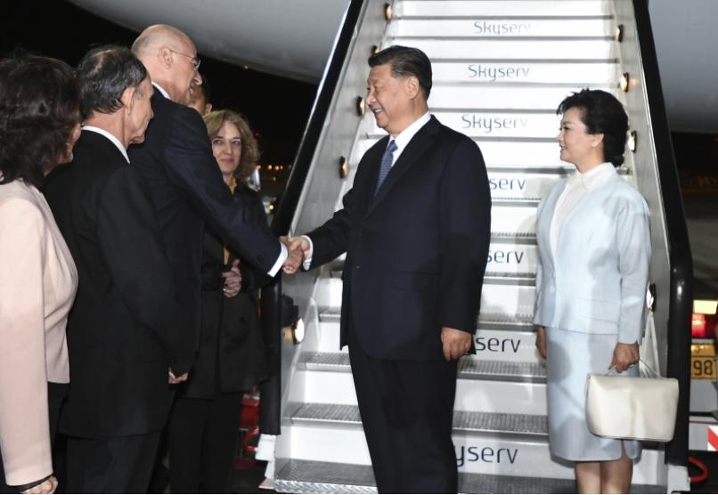 習近平和夫人彭麗媛步出專機艙門,希臘外長登迪亞斯等政府高級官員在舷梯旁熱情迎接。...