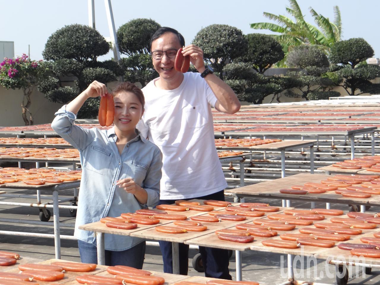 朱立倫今天到雲林為張嘉郡拍攝產業競選MV,促銷雲林烏魚子。記者蔡維斌/攝影