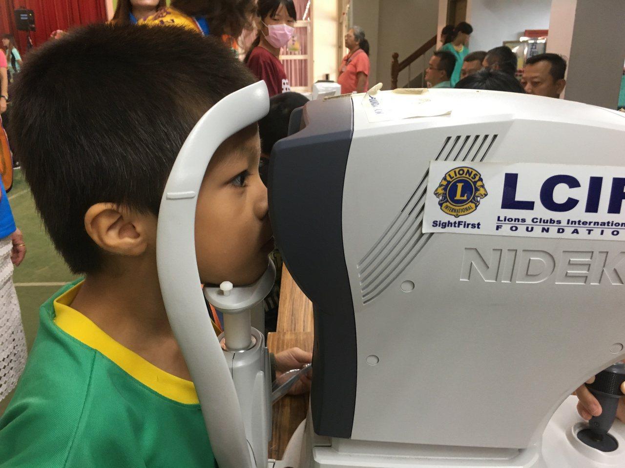 雲林縣國小學童裸視視力不良率42.63%,但在偏鄉學校就醫不便,全縣20鄉鎮中,...