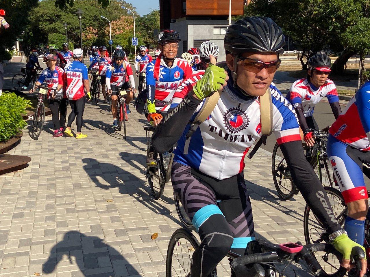 40名抗癌勇士與家屬參加「抗癌勇士熱愛生命自行車環台之旅」,11月2日從台北出發...