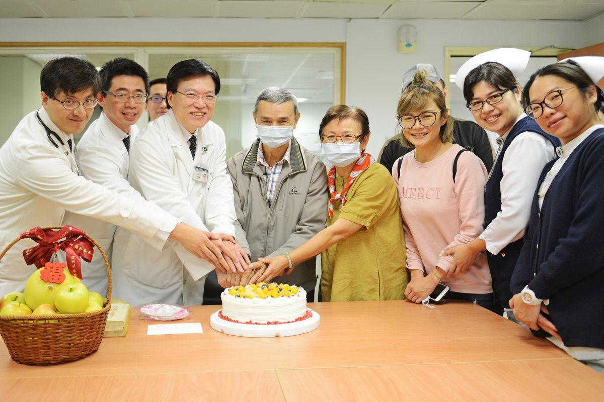 由於廖姓夫妻時逢結婚40周年紀念日,台北慈濟醫院舉辦出院祝福會。圖/台北慈濟醫院...