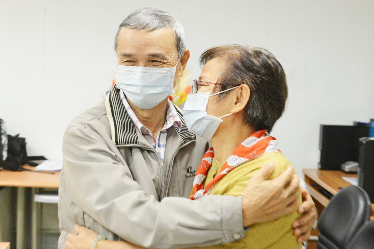 廖妻不捨丈夫長期洗腎,決定活體捐腎。圖/台北慈濟醫院提供