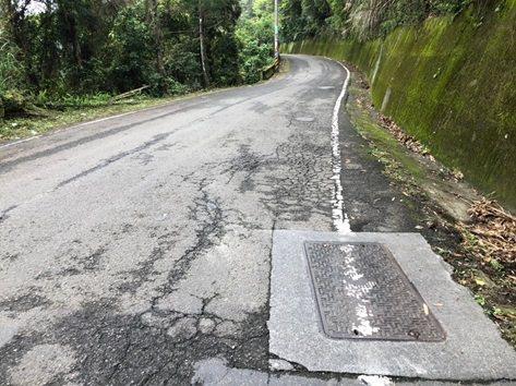 尖石鄉竹62線這條計畫道路是學生、部落居民及外來旅客長期行駛的路線,現況鋪面破損、平整度不佳,且部分路面變形,將進行道路改善。圖/新竹縣政府提供