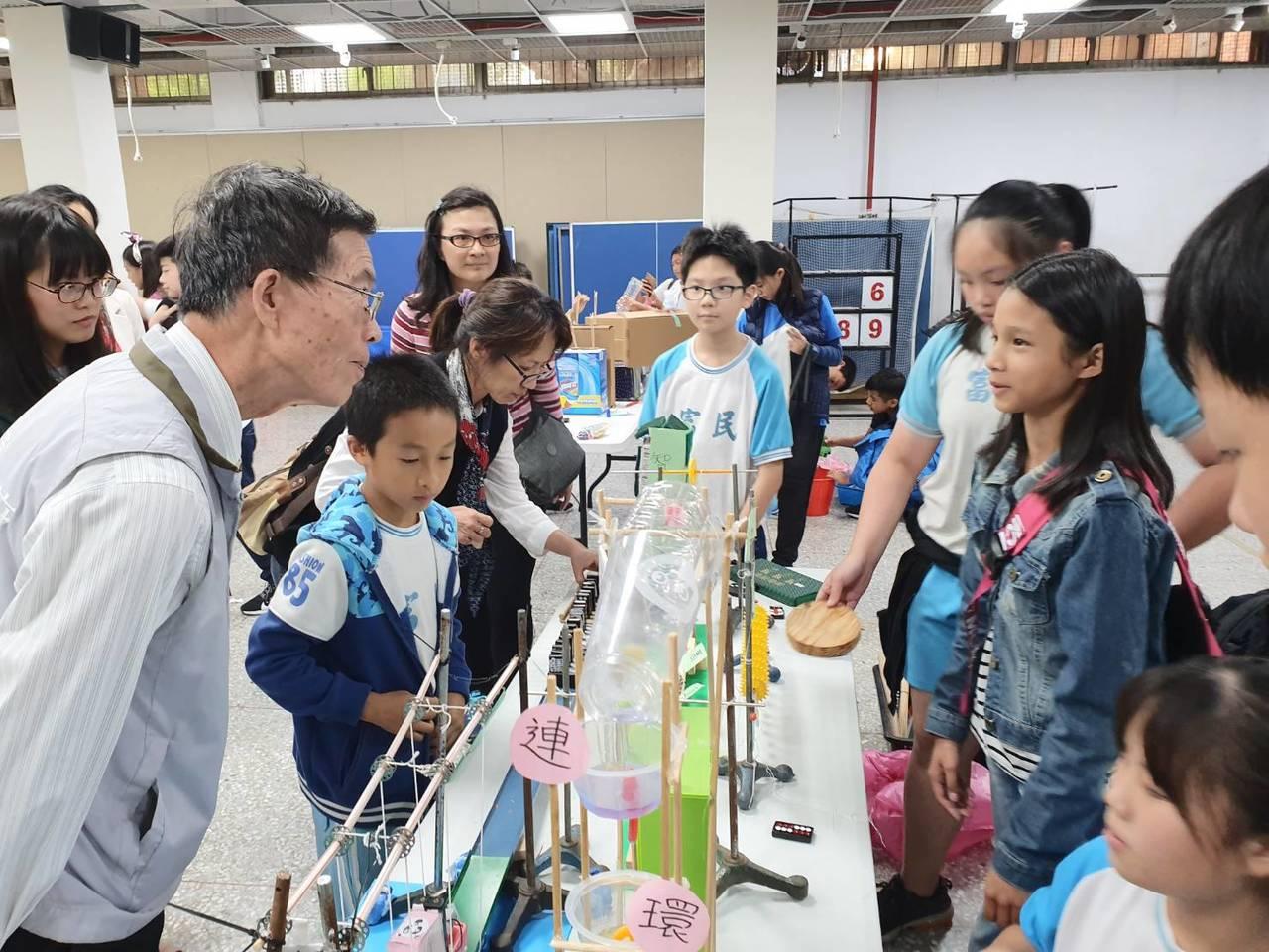 108年度國小奧林匹亞動手玩科學競賽讓學童結合科學與生活,創作巧思讓評審驚豔。圖...