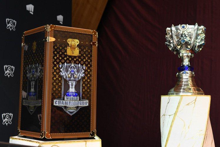 LV為「英雄聯盟」打造世界大賽冠軍召喚師獎盃箱。圖/LV提供