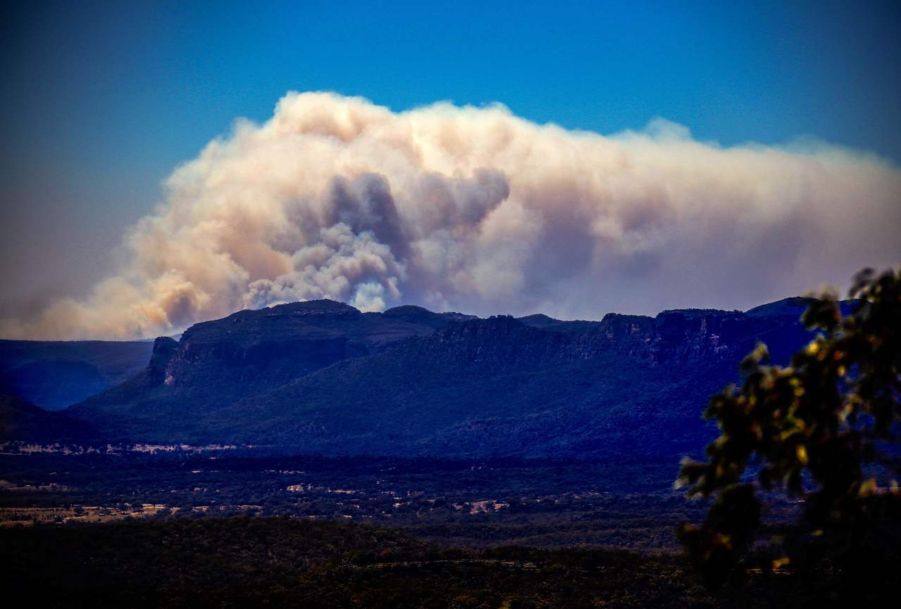 澳洲昆士蘭及新南威爾斯州當局11日因恐森林大火延燒而宣布進入緊急狀態。圖為雪梨西...