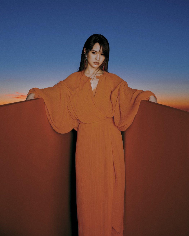 楊丞琳為新作打造2同封面版本,「拾版」的色彩較為濃烈。圖/EMI提供