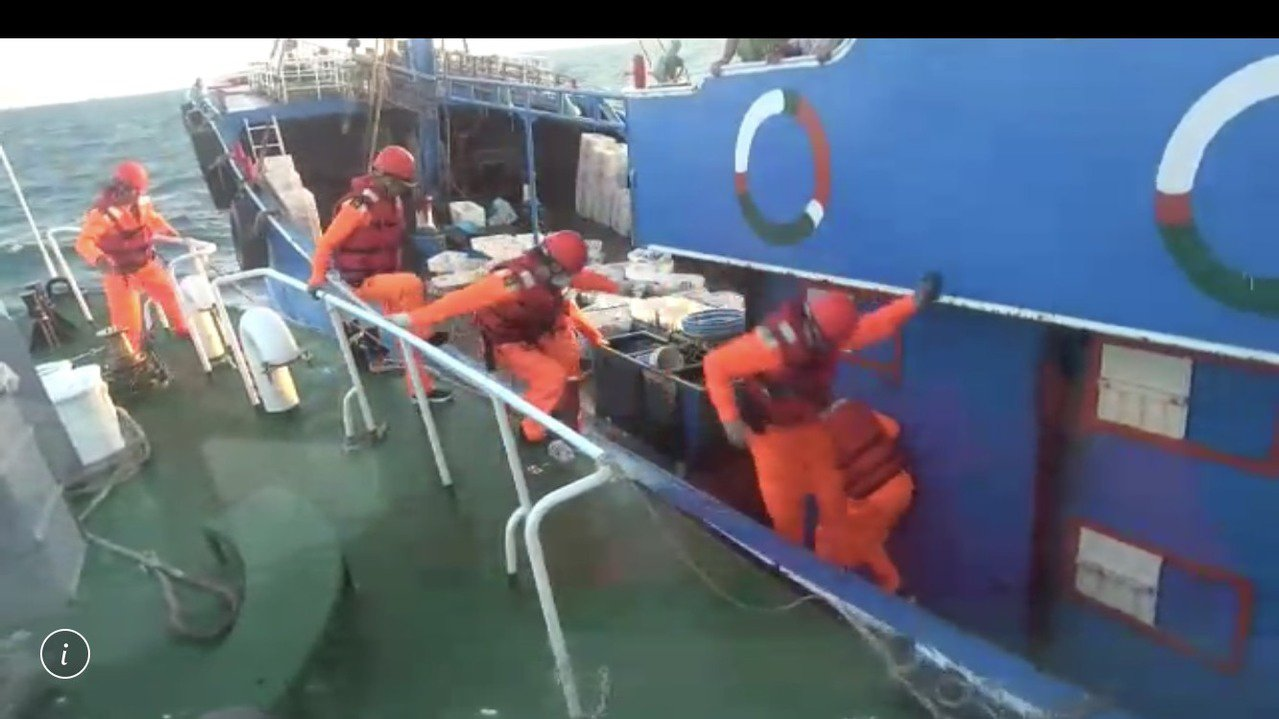 澎湖海巡隊在目斗嶼發現陸船可疑,廣播多次拒檢,最後強行登船檢查。 圖/澎湖海巡隊...