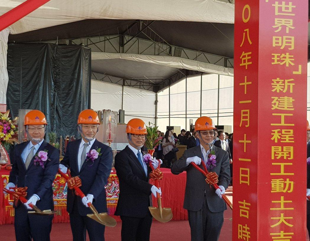 南港「世紀明珠」開發案今動工,南港輪胎名譽董事長林學圃(右2)與台北市副市長彭振...
