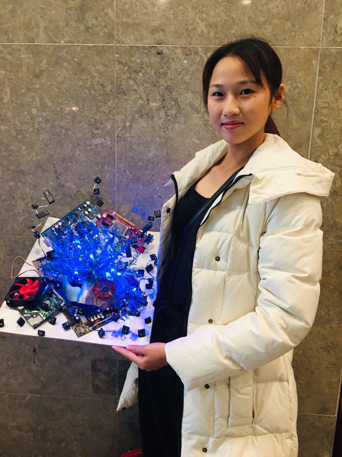 江珈茵以「科技藝術面具設計組」榮獲第一。圖/校方提供