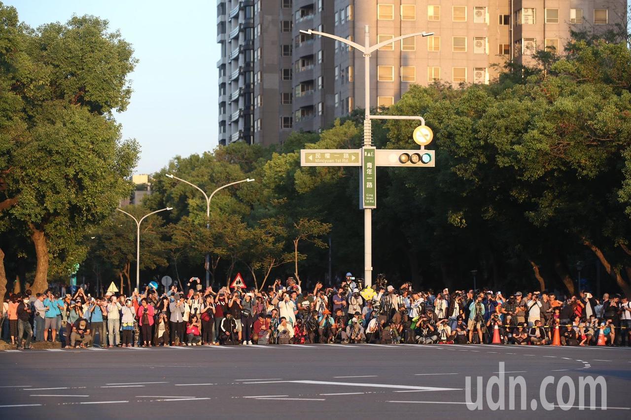 高雄懸日美景又來了,這幾天青年路吸引大批人潮聚集等待。記者劉學聖/攝影