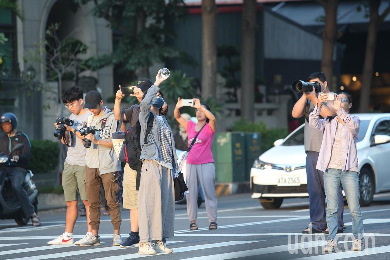 懸日景色吸引人,民眾用專業相機或手機留下感動畫面。記者劉學聖/攝影