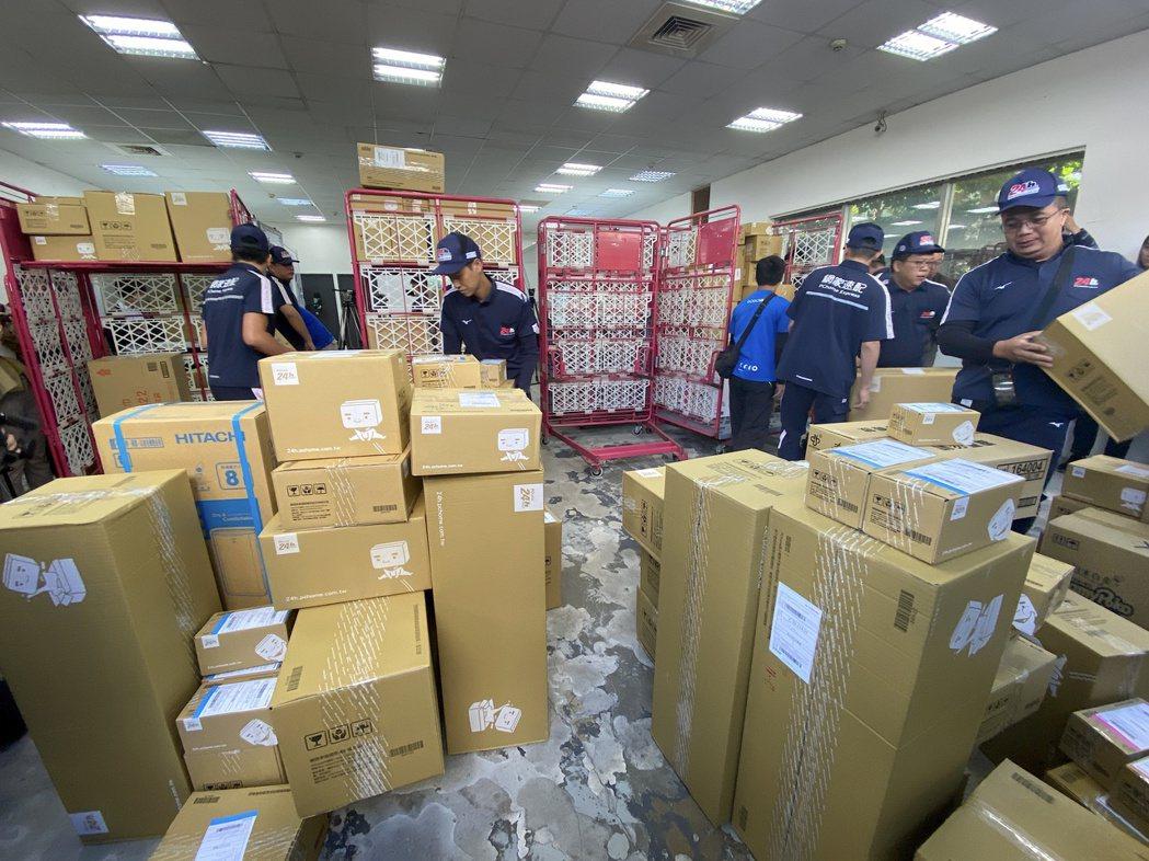 物流士快速重新分配貨件至不同路線的物流小貨車。記者黃筱晴/攝影