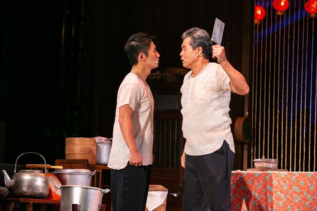 蔡昌憲(左)在舞台劇與楊烈飆戲。圖/兩廳院提供